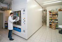 Jedes Medikament wird durch den Automaten erfasst. Vorab wird jede Packung durch einen Mitarbeiter kontrolliert.