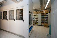 Der Kommissionierautomat. Der Großteil der Medikamente wird hier gelagert. Der Automat der Pfauen Apotheke befindet sich in den Kellerräumen. Wird oben ein Medikament angefordert, kommt es mittels Fahrstuhl nach oben gefahren.
